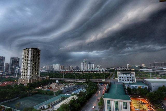 Cư dân mạng chia sẻ ảnh bầu trời Hà Nội đẹp dị thường do giông lớn - Ảnh 2.