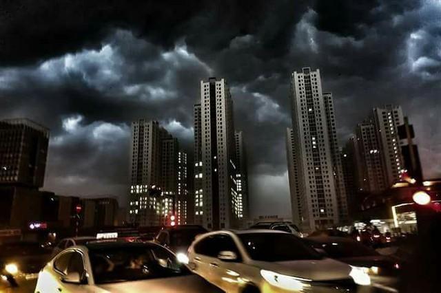 Cư dân mạng chia sẻ ảnh bầu trời Hà Nội đẹp dị thường do giông lớn - Ảnh 11.