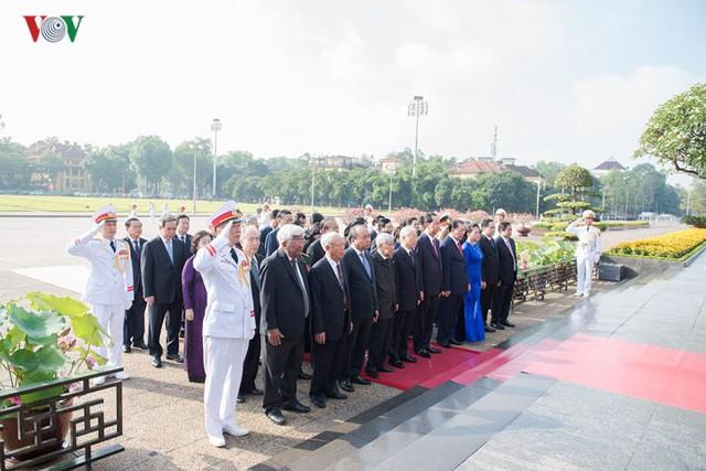 Ảnh: Lãnh đạo Đảng, Nhà nước vào Lăng viếng Chủ tịch Hồ Chí Minh - Ảnh 4.