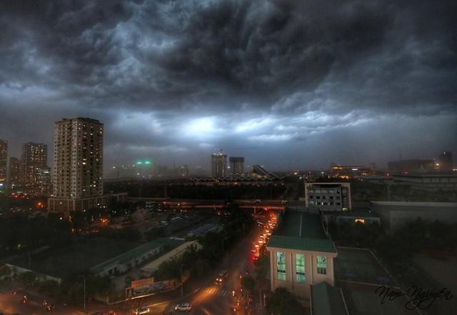 Cư dân mạng chia sẻ ảnh bầu trời Hà Nội đẹp dị thường do giông lớn - Ảnh 4.
