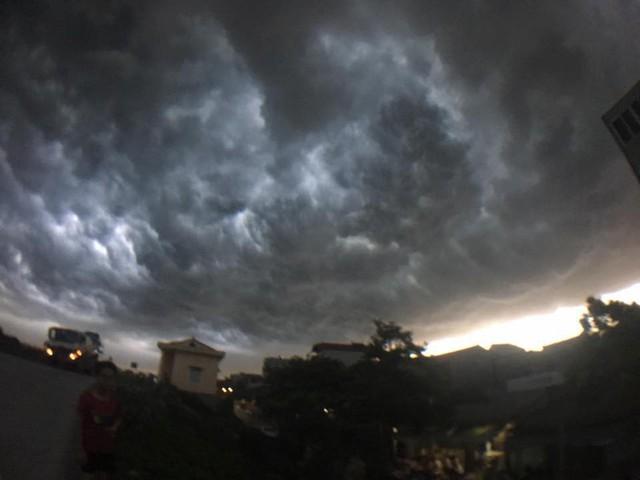 Cư dân mạng chia sẻ ảnh bầu trời Hà Nội đẹp dị thường do giông lớn - Ảnh 7.