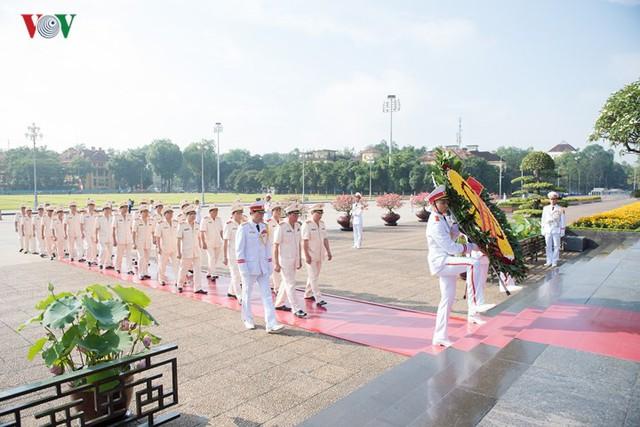 Ảnh: Lãnh đạo Đảng, Nhà nước vào Lăng viếng Chủ tịch Hồ Chí Minh - Ảnh 8.