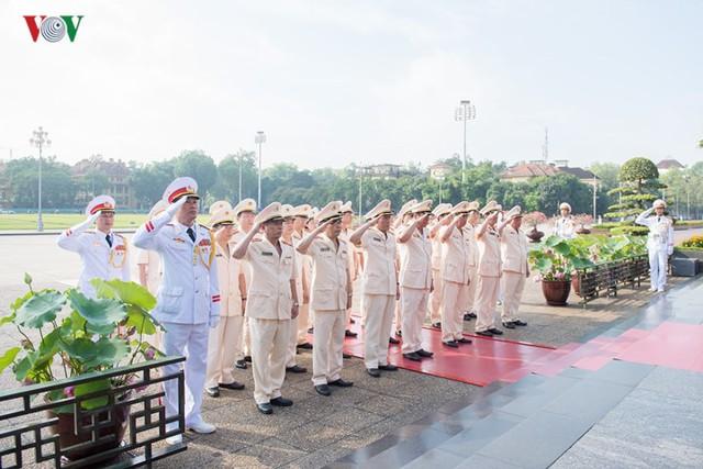 Ảnh: Lãnh đạo Đảng, Nhà nước vào Lăng viếng Chủ tịch Hồ Chí Minh - Ảnh 9.
