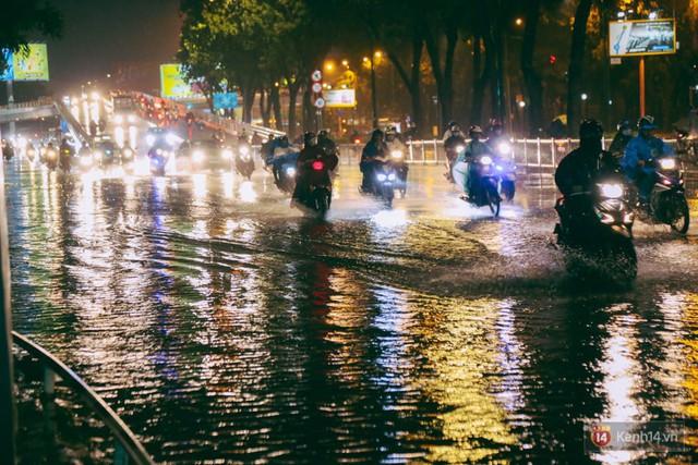 Khu vực sân bay Tân Sơn Nhất ngập nặng sau mưa lớn, hành khách vượt sông ra phi trường - Ảnh 1.