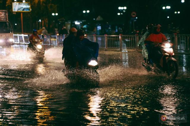 Khu vực sân bay Tân Sơn Nhất ngập nặng sau mưa lớn, hành khách vượt sông ra phi trường - Ảnh 2.