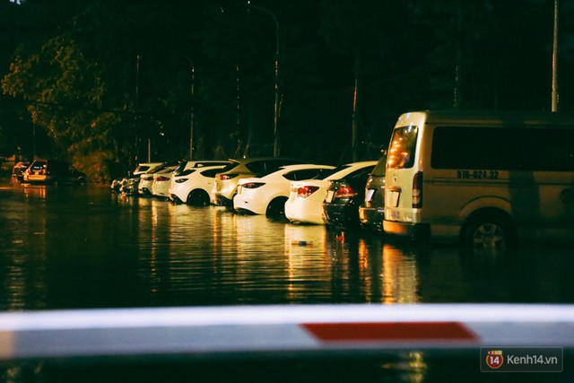 Khu vực sân bay Tân Sơn Nhất ngập nặng sau mưa lớn, hành khách vượt sông ra phi trường - Ảnh 16.