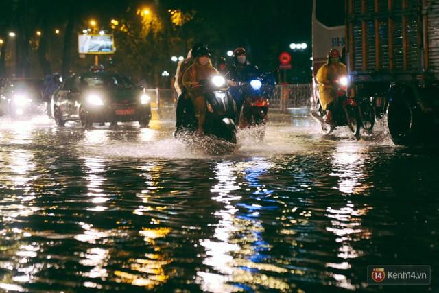 Khu vực sân bay Tân Sơn Nhất ngập nặng sau mưa lớn, hành khách vượt sông ra phi trường - Ảnh 3.