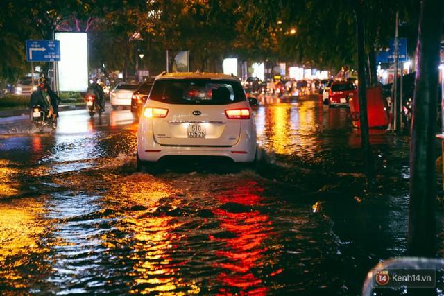 Khu vực sân bay Tân Sơn Nhất ngập nặng sau mưa lớn, hành khách vượt sông ra phi trường - Ảnh 4.
