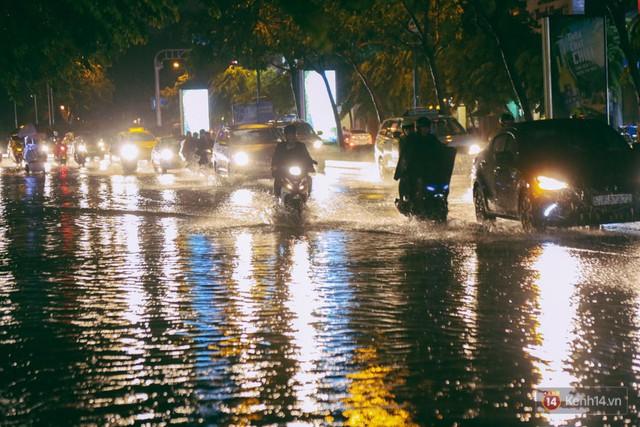 Khu vực sân bay Tân Sơn Nhất ngập nặng sau mưa lớn, hành khách vượt sông ra phi trường - Ảnh 5.