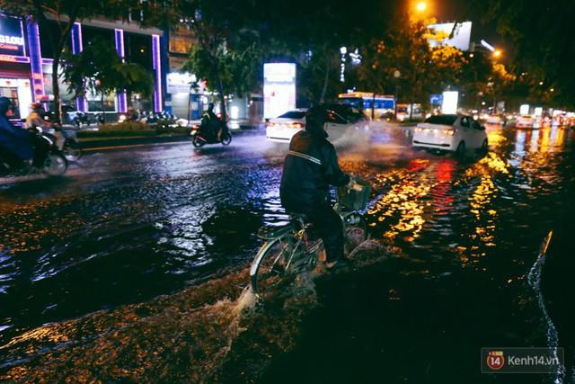 Khu vực sân bay Tân Sơn Nhất ngập nặng sau mưa lớn, hành khách vượt sông ra phi trường - Ảnh 7.