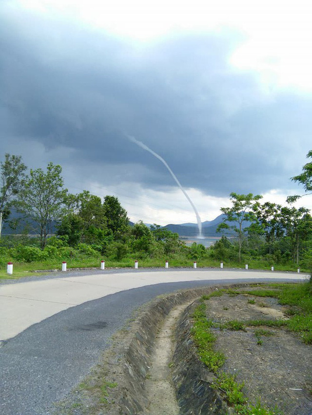 Clip: Xuất hiện vòi rồng hút nước từ hồ thủy điện lên trời ở Quảng Trị - Ảnh 2.