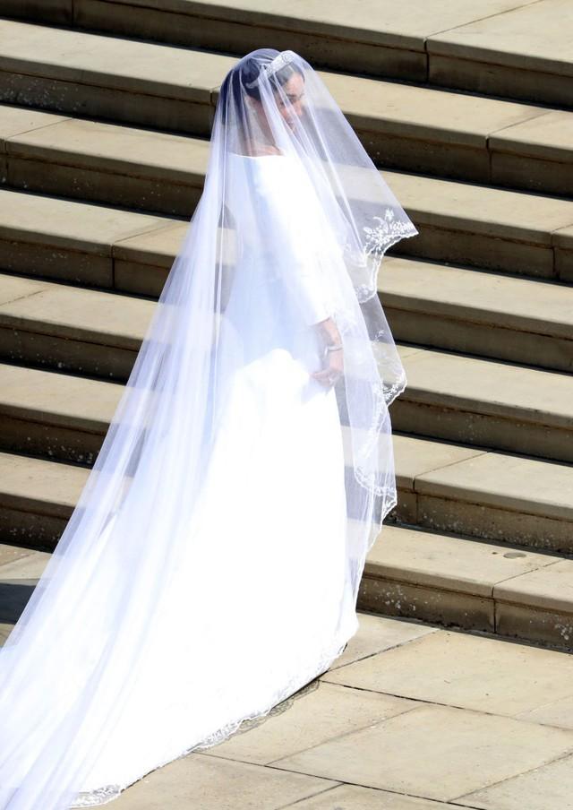 Đã đến lúc giải đáp câu hỏi: Vì sao Công nương Meghan Markle lại chọn Givenchy cho Đám cưới Hoàng gia Anh? - Ảnh 2.
