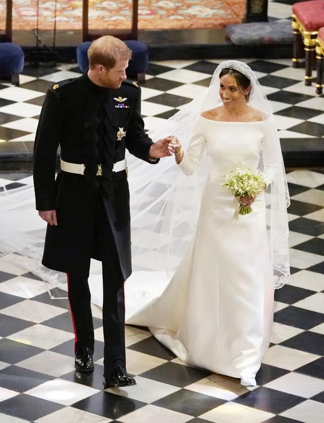 Trông thì tối giản nhưng 2 mẫu váy cưới của Meghan Markle trị giá tới hơn 8 tỷ đồng - Ảnh 2.
