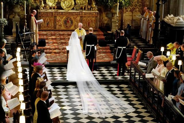 Đã đến lúc giải đáp câu hỏi: Vì sao Công nương Meghan Markle lại chọn Givenchy cho Đám cưới Hoàng gia Anh? - Ảnh 3.