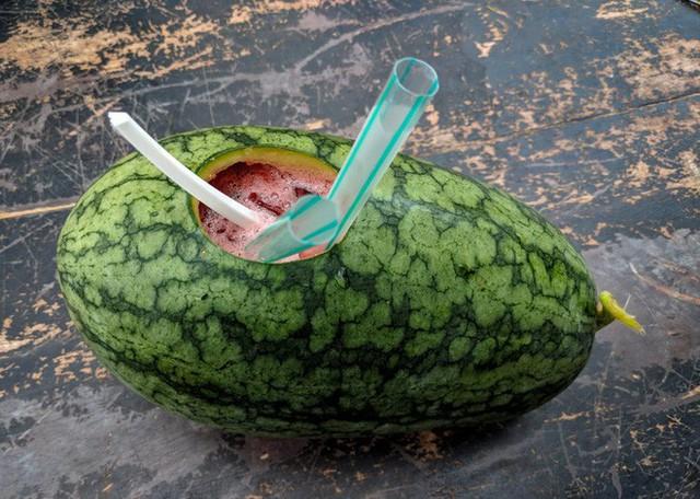 Trời hè nóng nực mà có món dưa hấu uống trực tiếp từ quả của Malaysia thì đúng là không còn gì tuyệt hơn - Ảnh 2.
