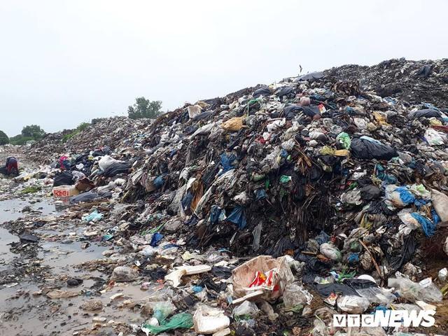 Phận người bới rác tìm tiền ở đảo ngọc Phú Quốc - Ảnh 1.