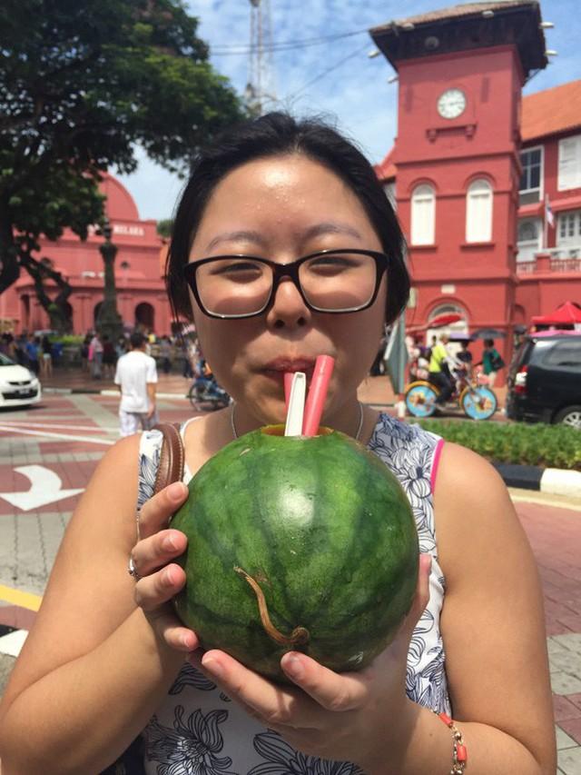 Trời hè nóng nực mà có món dưa hấu uống trực tiếp từ quả của Malaysia thì đúng là không còn gì tuyệt hơn - Ảnh 7.