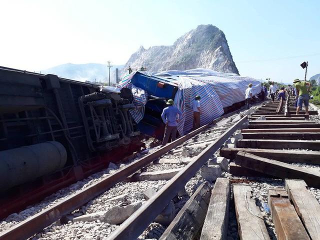 Mới nhất từ hiện trường tai nạn tàu hỏa: Hơn 2000 khách bị ảnh hưởng, gấp rút sửa đường ray - Ảnh 2.