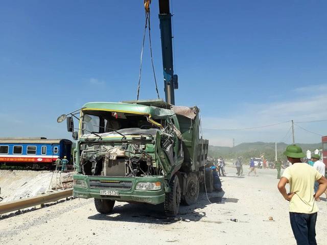 Mới nhất từ hiện trường tai nạn tàu hỏa: Hơn 2000 khách bị ảnh hưởng, gấp rút sửa đường ray - Ảnh 3.