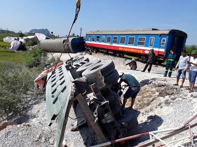 Mới nhất từ hiện trường tai nạn tàu hỏa: Hơn 2000 khách bị ảnh hưởng, gấp rút sửa đường ray - Ảnh 4.