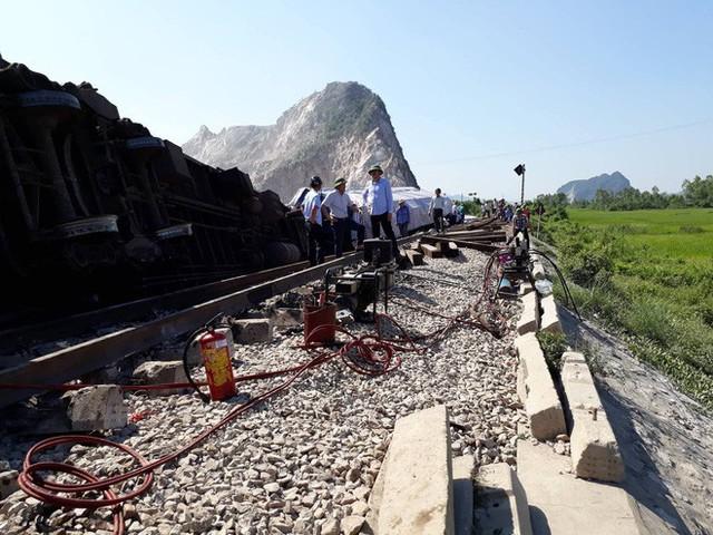Mới nhất từ hiện trường tai nạn tàu hỏa: Hơn 2000 khách bị ảnh hưởng, gấp rút sửa đường ray - Ảnh 6.