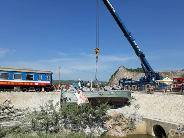 Mới nhất từ hiện trường tai nạn tàu hỏa: Hơn 2000 khách bị ảnh hưởng, gấp rút sửa đường ray - Ảnh 9.