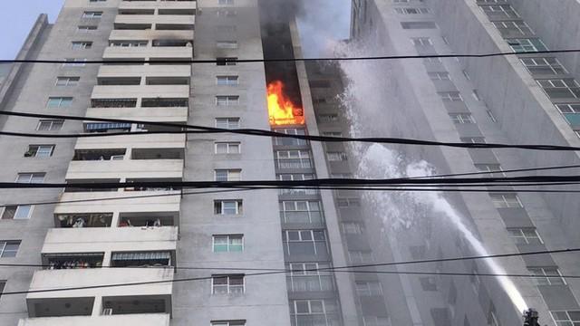 Bị kẹt trong vụ cháy ở tầng 18 chung cư, cặp vợ chồng già dùng khăn ướt, băng dính cầm cự - Ảnh 2.