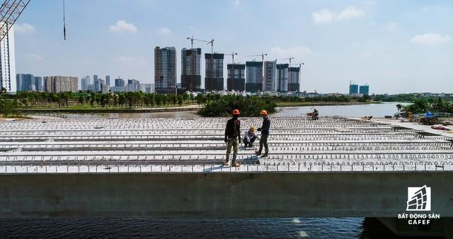 Cận cảnh thi công dự án cầu 500 tỷ sắp được đưa vào sử dụng tại khu Đông - Ảnh 6.