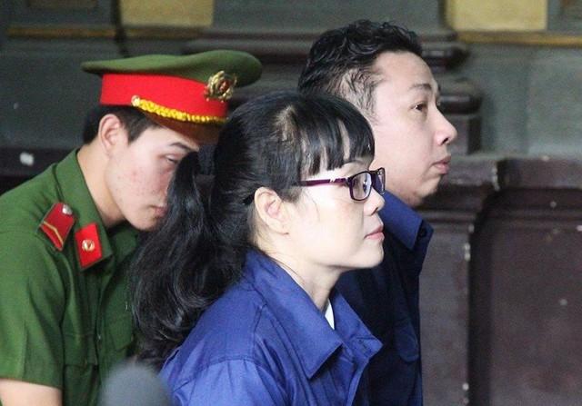 Xử Huyền Như: Nhân viên doanh nghiệp bị hại căng băng rôn trước tòa - Ảnh 1.