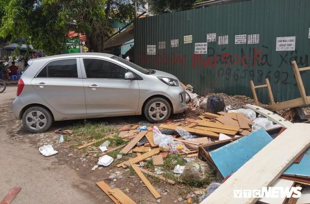 Ảnh: Giải tỏa bãi đỗ xe ở Hà Nội, dân đành để xe trên bãi rác - Ảnh 2.