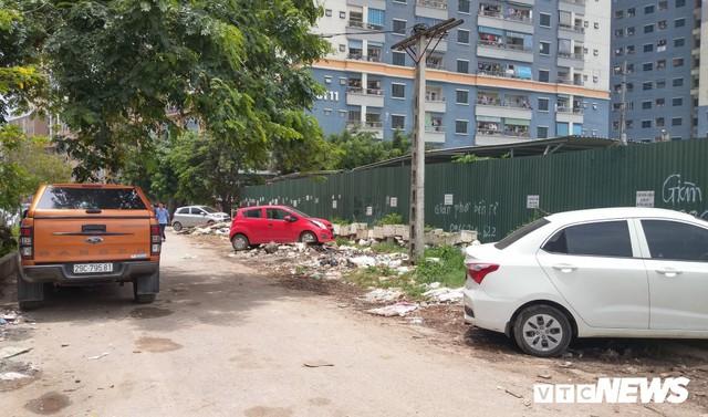 Ảnh: Giải tỏa bãi đỗ xe ở Hà Nội, dân đành để xe trên bãi rác - Ảnh 3.