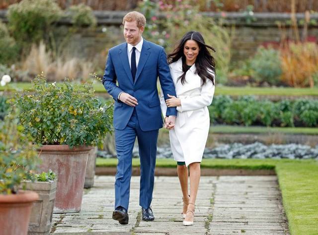 Cuối cùng thì chiếc váy cưới trị giá hơn 3 tỷ đồng của cô dâu Hoàng gia Anh Meghan Markle cũng đã lộ diện, đẹp đến từng milimet - Ảnh 1.