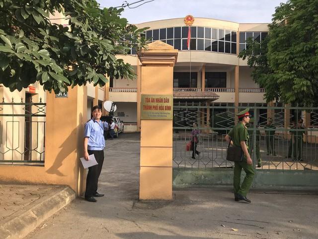Hoãn xử bác sĩ Hoàng Công Lương sau gần 2 giờ khai mạc tòa - Ảnh 3.
