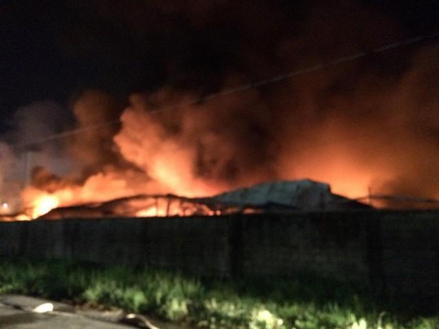 Đang cháy lớn tại công ty rộng 1.500 m2 ở Sài Gòn - Ảnh 1.