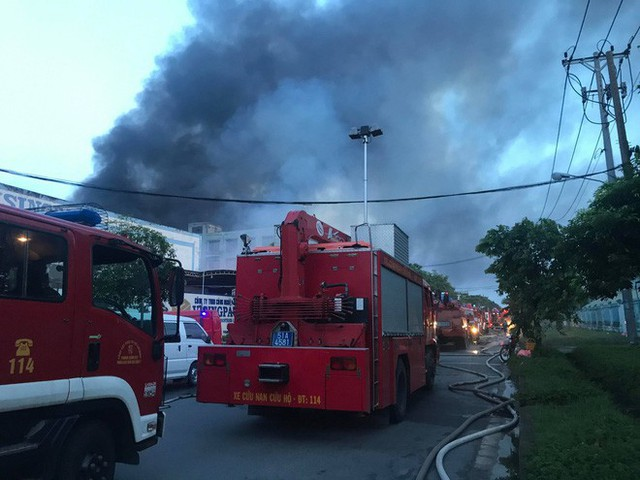 Đang cháy lớn tại công ty rộng 1.500 m2 ở Sài Gòn - Ảnh 4.