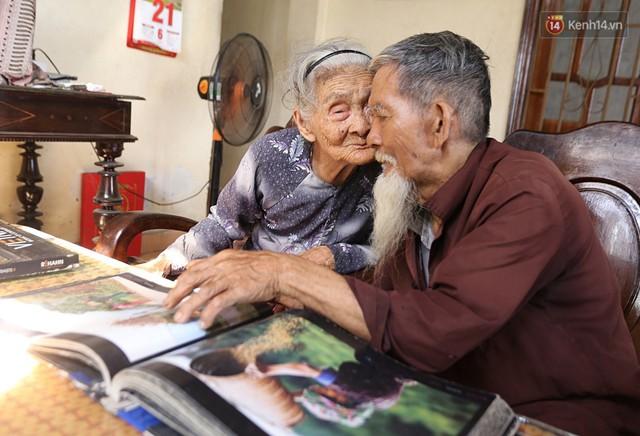 Nhiếp ảnh gia người Pháp chụp bộ ảnh đôi vợ chồng 94 tuổi và phía sau đó là một cổ tích tình già siêu dễ thương ở làng rau Trà Quế - Ảnh 8.