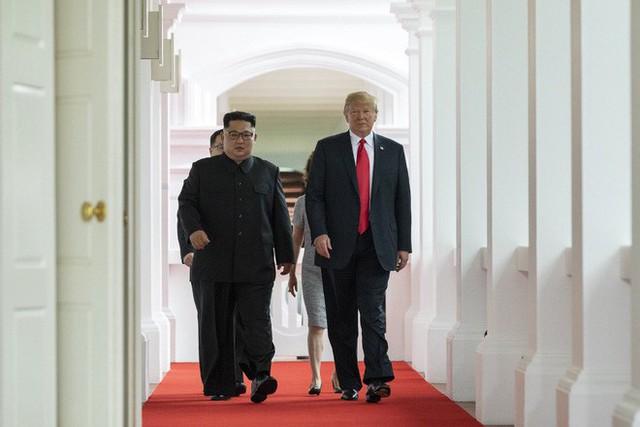 Chùm ảnh: Sự tương tác thú vị giữa Tổng thống Trump và lãnh đạo Triều Tiên Kim Jong-un - Ảnh 9.