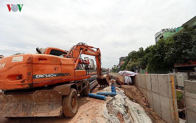 Cầu vượt hạ đê Nghi Tàm vẫn ngổn ngang sau hơn 7 tháng thi công - Ảnh 15.