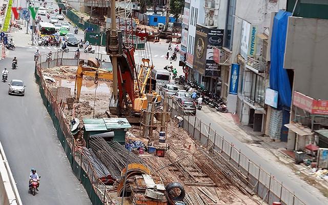 Cầu vượt hạ đê Nghi Tàm vẫn ngổn ngang sau hơn 7 tháng thi công - Ảnh 3.