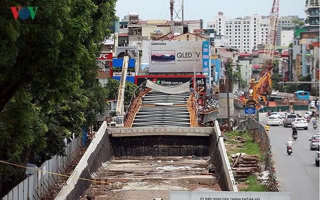 Cầu vượt hạ đê Nghi Tàm vẫn ngổn ngang sau hơn 7 tháng thi công - Ảnh 8.
