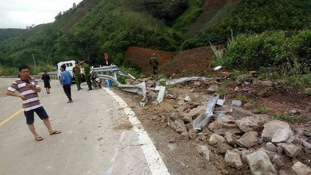 Hiện trường chiếc xe lao xuống vực ở đèo Lò Xo khiến 3 người tử vong - Ảnh 3.