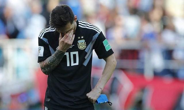 Messi cúi đầu khi sút hỏng penalty, chân sút người Đức ôm mặt sau trận thua sốc: Áp lực mà các cầu thủ phải đối mặt lớn đến mức nào và làm sao để vượt qua chúng? - Ảnh 1.