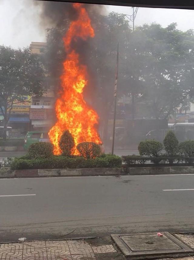 Ô tô bán tải bất ngờ cháy ngùn ngụt khi đang chạy giữa phố - Ảnh 1.