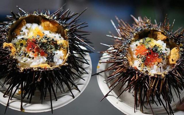 Xem cách người Mỹ hô biến nhum biển đầy gai thành một tô sushi hấp dẫn thế này đây - Ảnh 1.