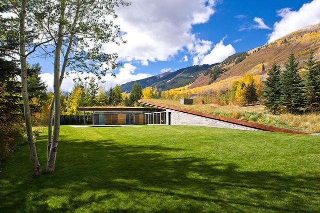 """Ngôi nhà trong núi vô cùng đặc biệt có phần mái """"lợp cỏ"""" - Ảnh 1."""
