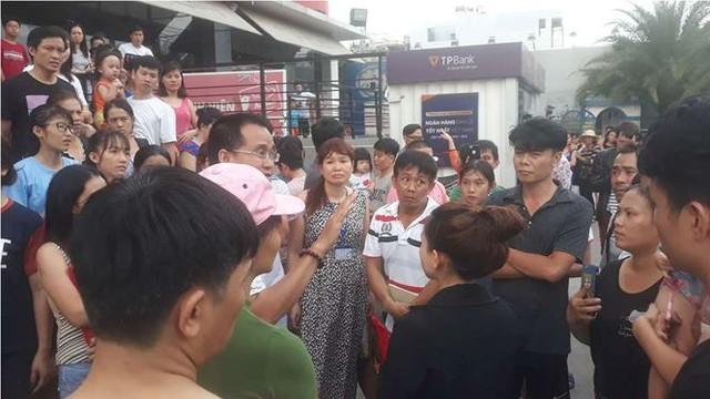Chung cư ở Sài Gòn bốc cháy, người dân tháo chạy tán loạn - Ảnh 2.