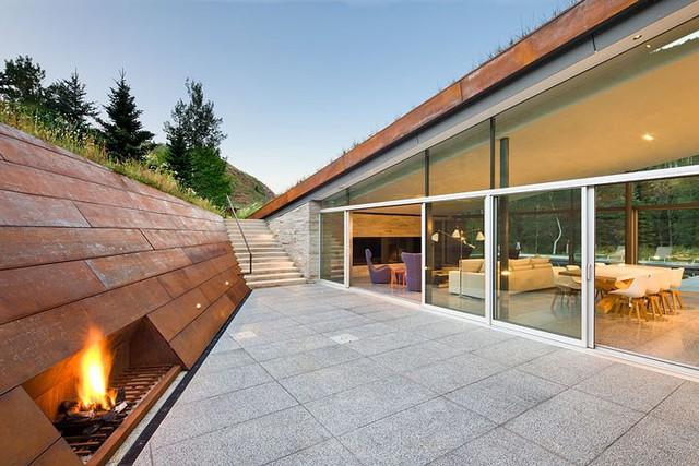 """Ngôi nhà trong núi vô cùng đặc biệt có phần mái """"lợp cỏ"""" - Ảnh 3."""