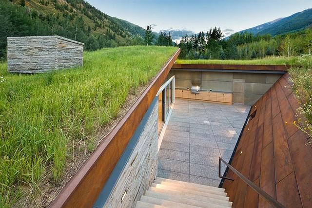 """Ngôi nhà trong núi vô cùng đặc biệt có phần mái """"lợp cỏ"""" - Ảnh 4."""