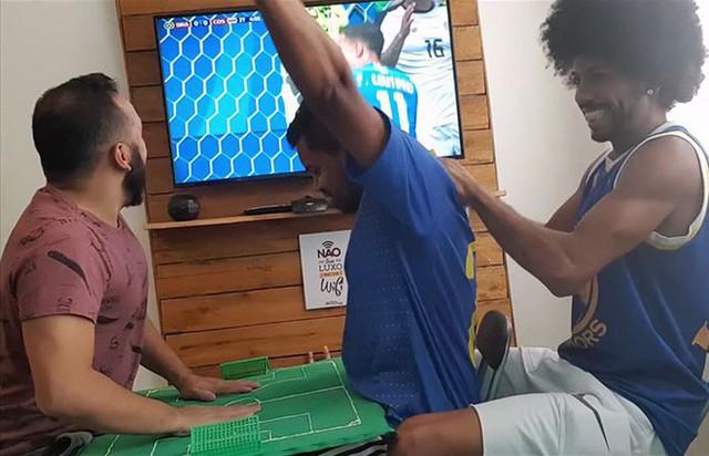 Cách anh chàng Brazil giúp người bạn vừa khiếm thính vừa khiếm thị xem World Cup khiến người ghét bóng đá cũng phải xúc động - Ảnh 2.