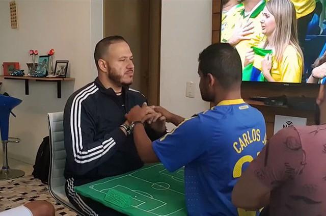 Cách anh chàng Brazil giúp người bạn vừa khiếm thính vừa khiếm thị xem World Cup khiến người ghét bóng đá cũng phải xúc động - Ảnh 4.